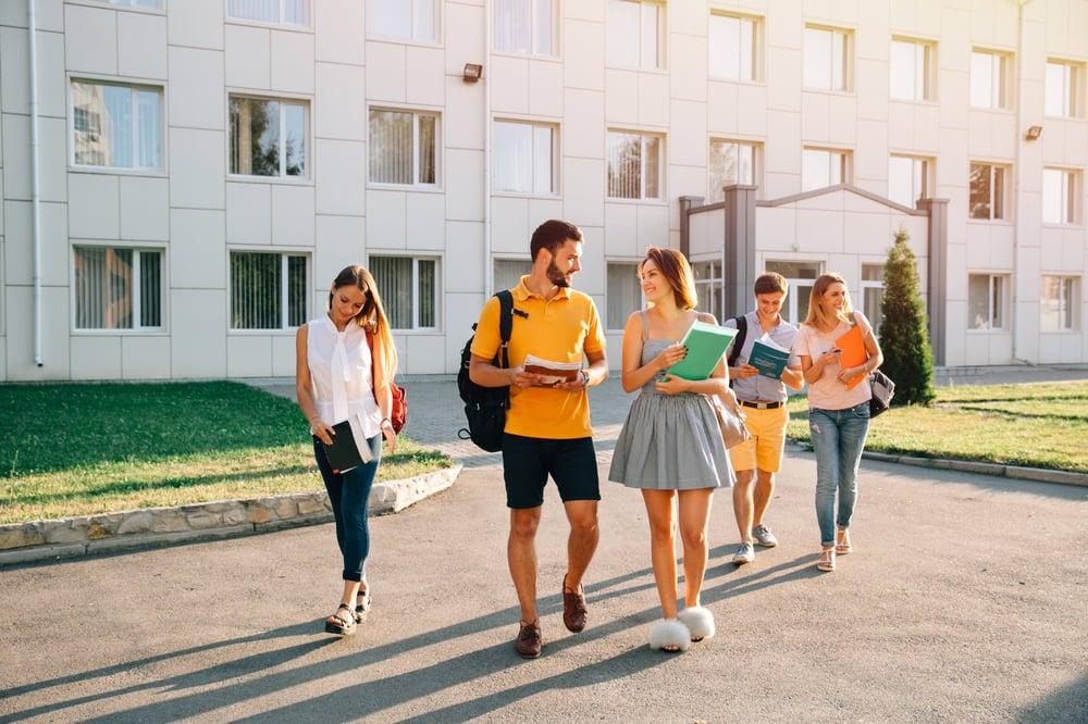 大学に通う学生たち