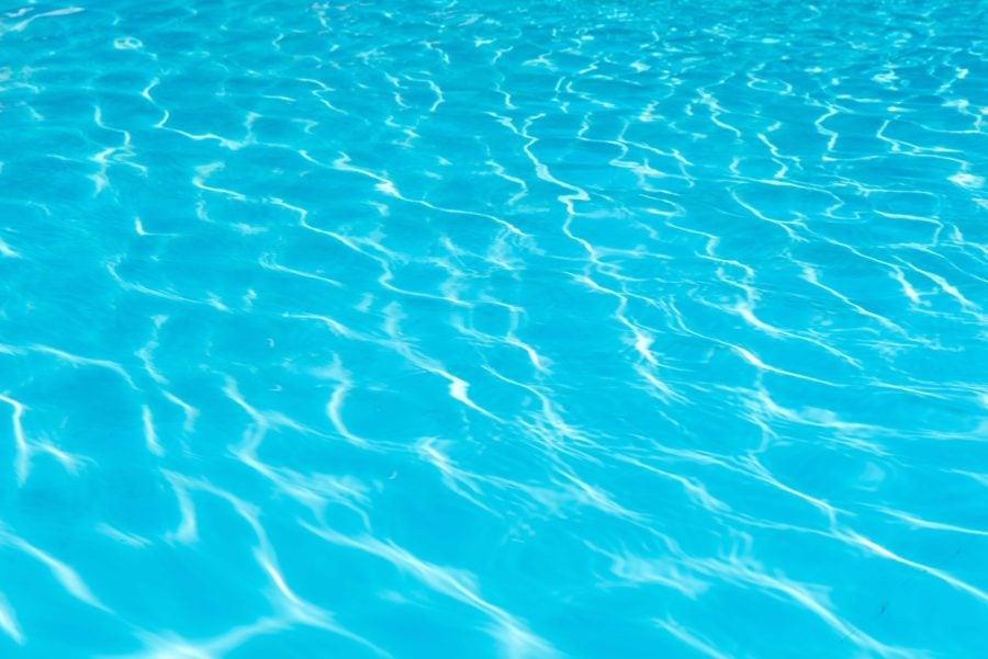 プールの水面の写真
